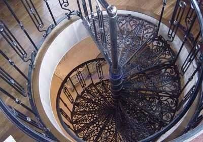 А если железная винтовая лестница имеет ещё и кованые ступеньки, то такая даст фору любой конструкции с использованием любых других материалов