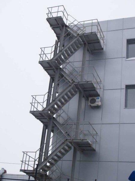 Аварийная промышленная лестница многомаршевого типа.