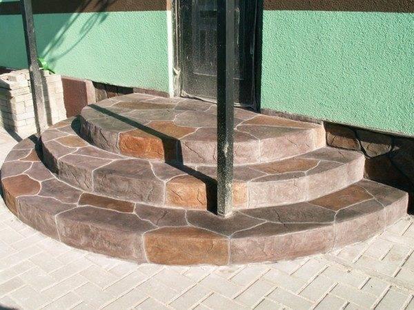 Бетонное крыльцо с облицовкой из искусственного камня