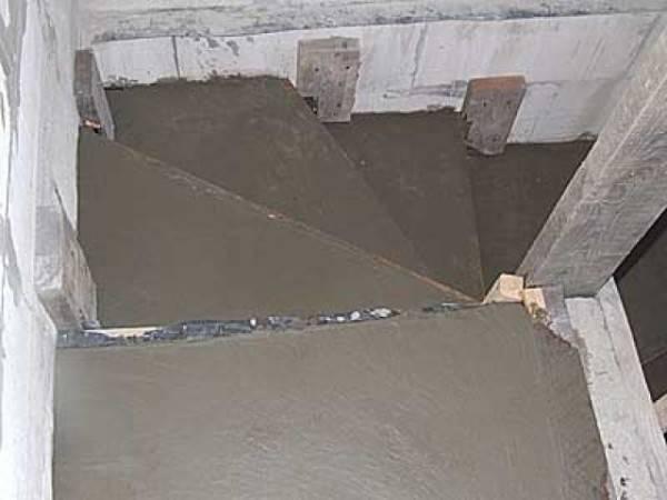 Бетонную лестницу можно изготовить прямо на месте с помощью деревянной опалубки и цементного раствора.