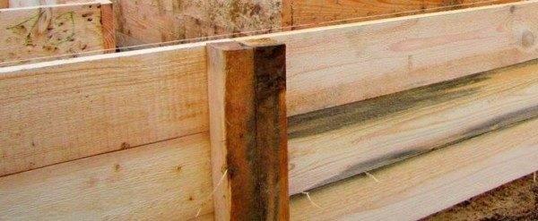 Боковые части опалубки можно сделать из деревянных щитов