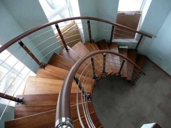 Даже модули винтовых лестниц способны подстраиваться под существующую конструкцию здания, но без строго расчёта, конечно, не обходится и здесь