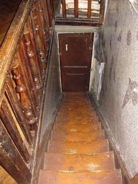 Дерево - не самый долговечный материал. Рано или поздно сделанная из него лестница потребует ремонта.