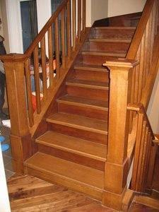 Деревянная лестница на второй этаж для дачи