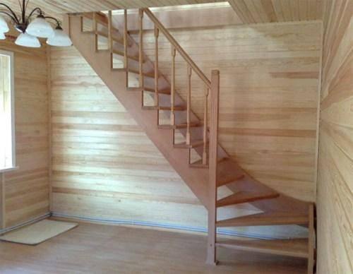 Деревянная лестница на второй этаж с поворотом 90⁰