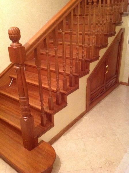 Деревянная отделка придаст бетонной лестнице эстетичность.