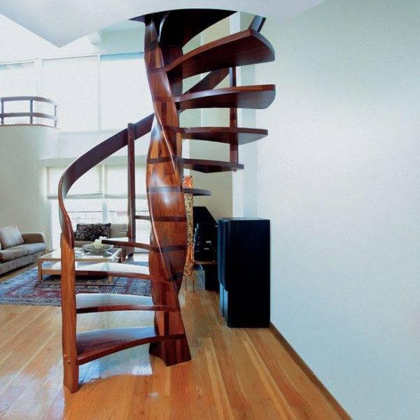 Деревянная винтовая лестница в интерьере гостиной