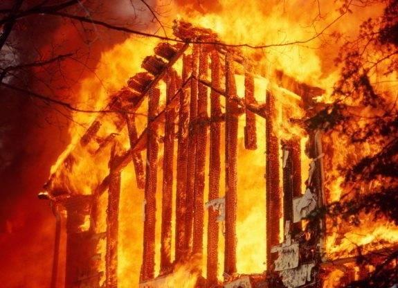 Деревянные перегородки при пожаре часто мешают эвакуации и разрушаются любым способом. Длинная лестница в сложенном виде здесь будет как нельзя кстати.
