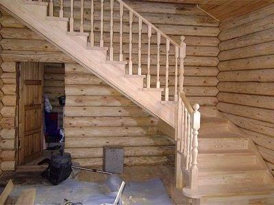 Деревянный дом и лестница в нем на второй этаж.