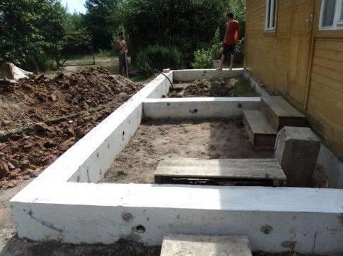Для больших конструкций можно сделать ленточный фундамент