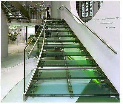 Это не тот случай, когда «железом по стеклу», наоборот, в дизайне железо и стекло – блестящие «компаньоны», помогающие и дополняющие друг друга