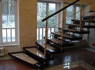 Фото – лестница с каменными ступенями.