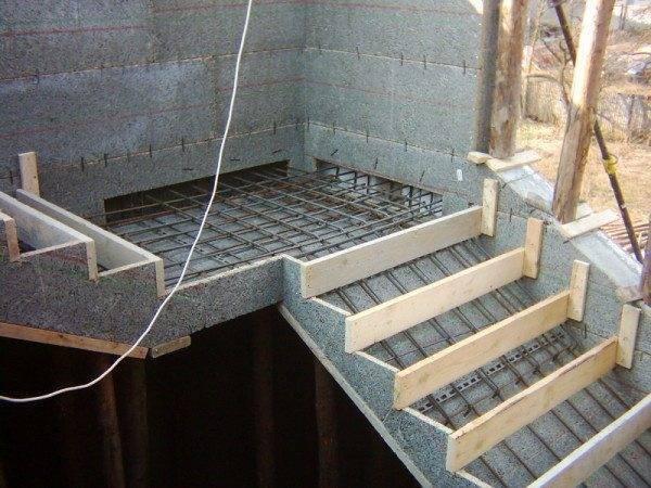 Фото – опалубка лестницы.