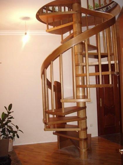 Фото деревянного винтового варианта лестницы