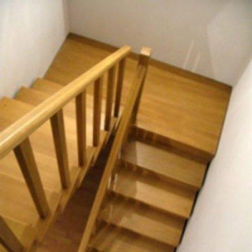 Фото деревянной лестницы с площадкой.