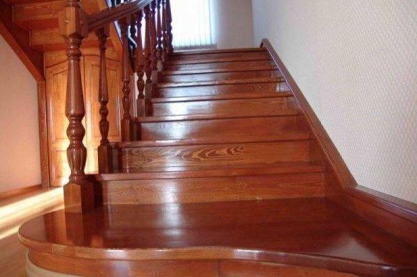 Фото готовой залакированной лестницы на косоурах.