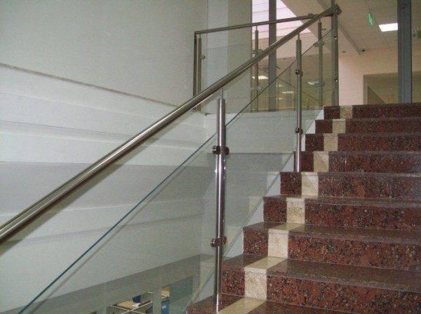 Фото лестницы с пластиковым ограждением.