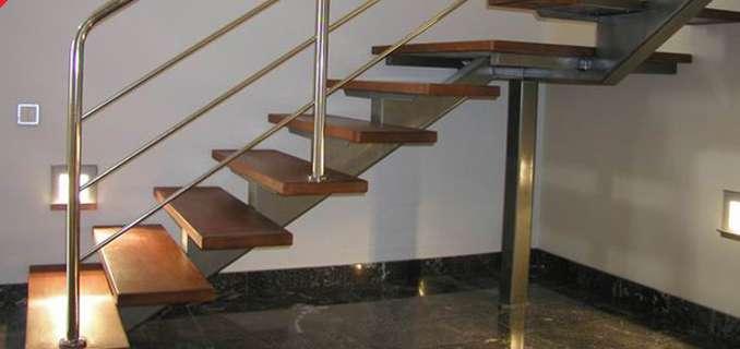 Фото поворотной маршевой лестницы на металлическом косоуре