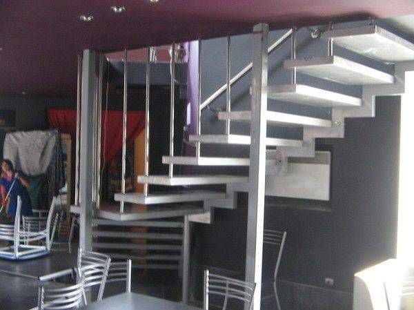 Фото варианта крепления лестницы