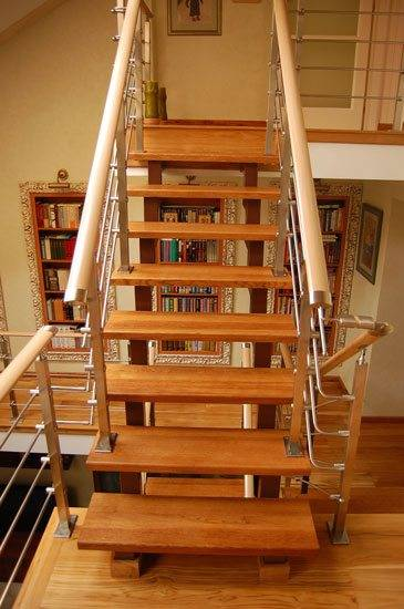 Готовый каркас лестницы обшиваем деревом.
