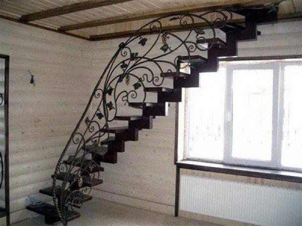 Художественная ковка значительно украшает металлические лестницы.