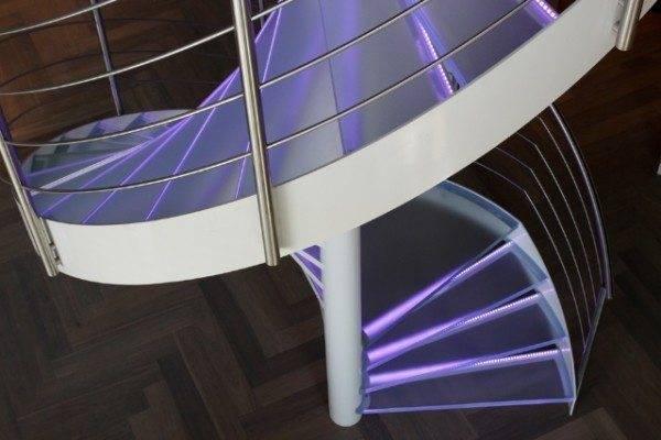 Интересное решение с диодной подсветкой ступеней