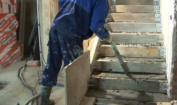 Использование вибратора при заливке бетона