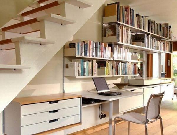 Используем пространство под лестничным маршем в качестве рабочего уголка в холле – гостиной.
