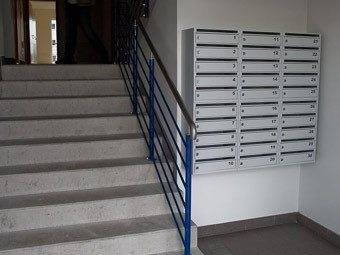 К лестничной площадке относятся все элементы подъезда, в том числе и почтовые ящики на первых этажах