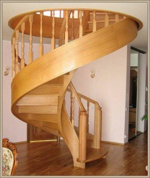 Классическая винтовая лестница из дуба