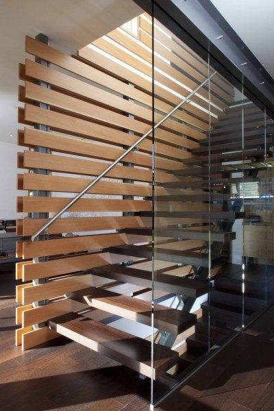 Комбинации металла, дерева, стекла и камня – норма современного производства лестниц.
