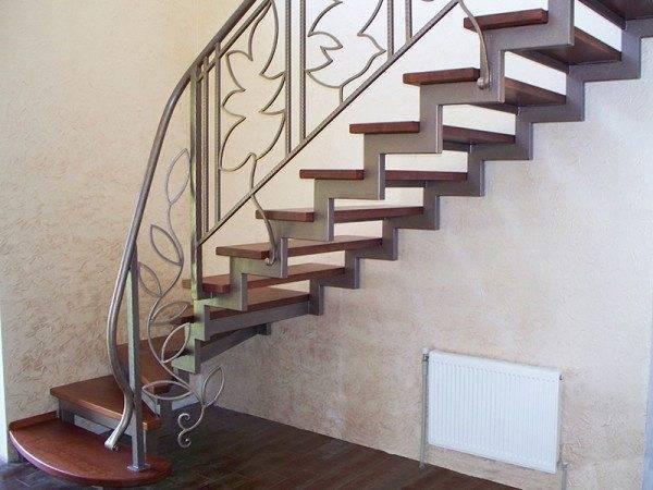 Лестница на косоуре: особенности конструкции и изготовление своими силами