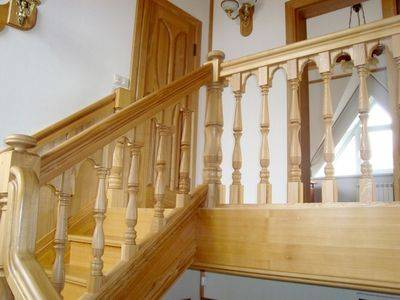 Косуор и подступенки лестницы изготовлены из сосны.