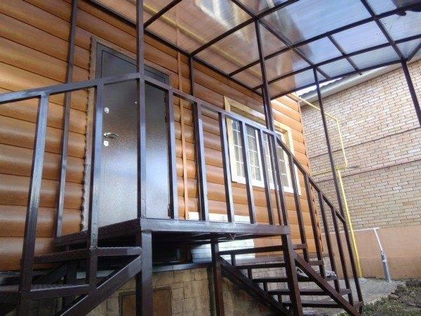 Козырек над входом должен защищать не только дверь, но и лестницу к ней
