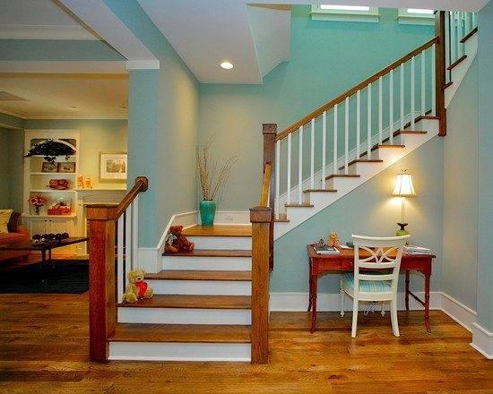 Красивая лестница из дерева.