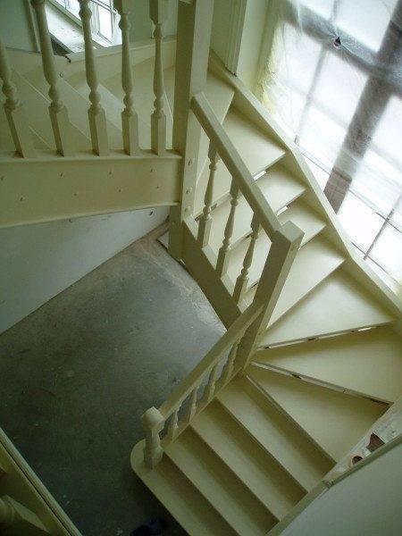 Красивая поворотная лестница из «белого» дуба: цена материала не мала, но конструкция стоит того