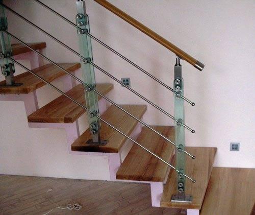 Лестница на косоурах – красиво и надежно!