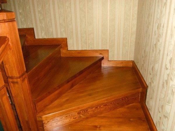 Лестница из лиственницы очищает и освежает воздух в доме.