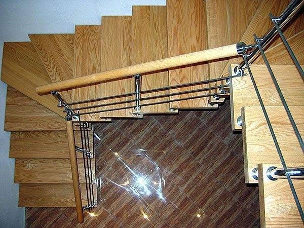 Лестница на больцах с забежными ступенями.