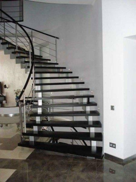 Лестница на больцах со ступенями из камня