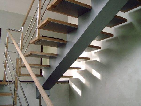 Лестница на одном, центральном косоуре