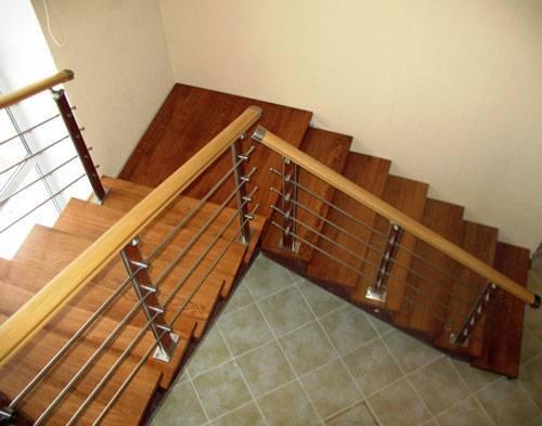 Лестница на второй этаж в дачном доме традиционно выполняется из древесины.