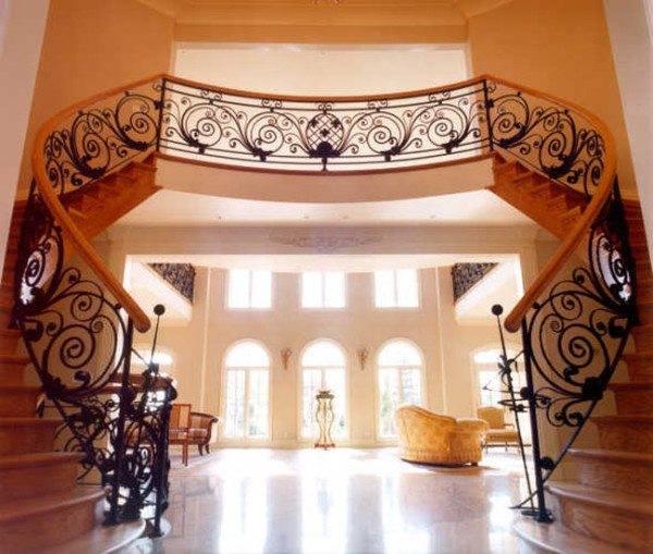Лестница с авторской художественной ковкой