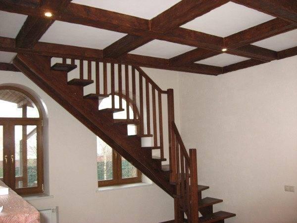Лестница с двойным центральным косоуром