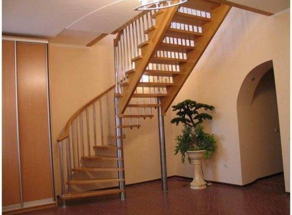 Лестница со стальными стойками и деревянными ступенями.