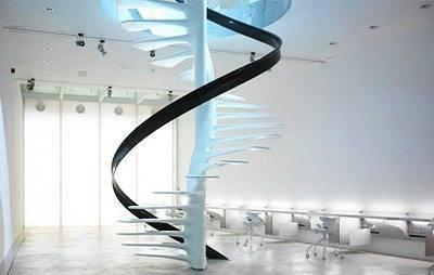 Лестница со стеклянными ступенями.