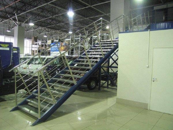 Лестницы для промышленных объектов производят из наиболее прочных и устойчивых к износу материалов.