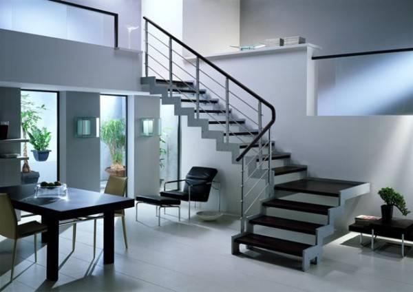 Лестницы из металла стали традиционными для современных стилей оформления интерьера.