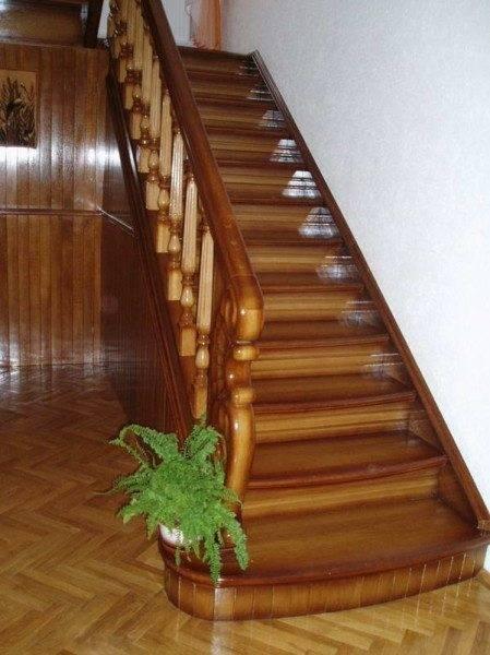Маршевая лестница на тетивах