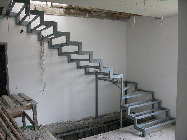 Металлическая лестница на второй этаж, прежде всего, должна иметь надежное основание для ее расположения